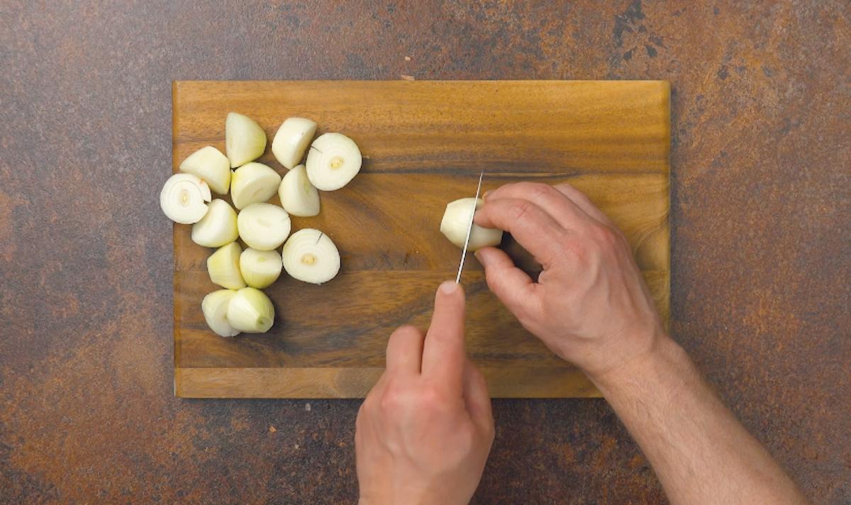 descasque as cebolas e corte-as ao meio