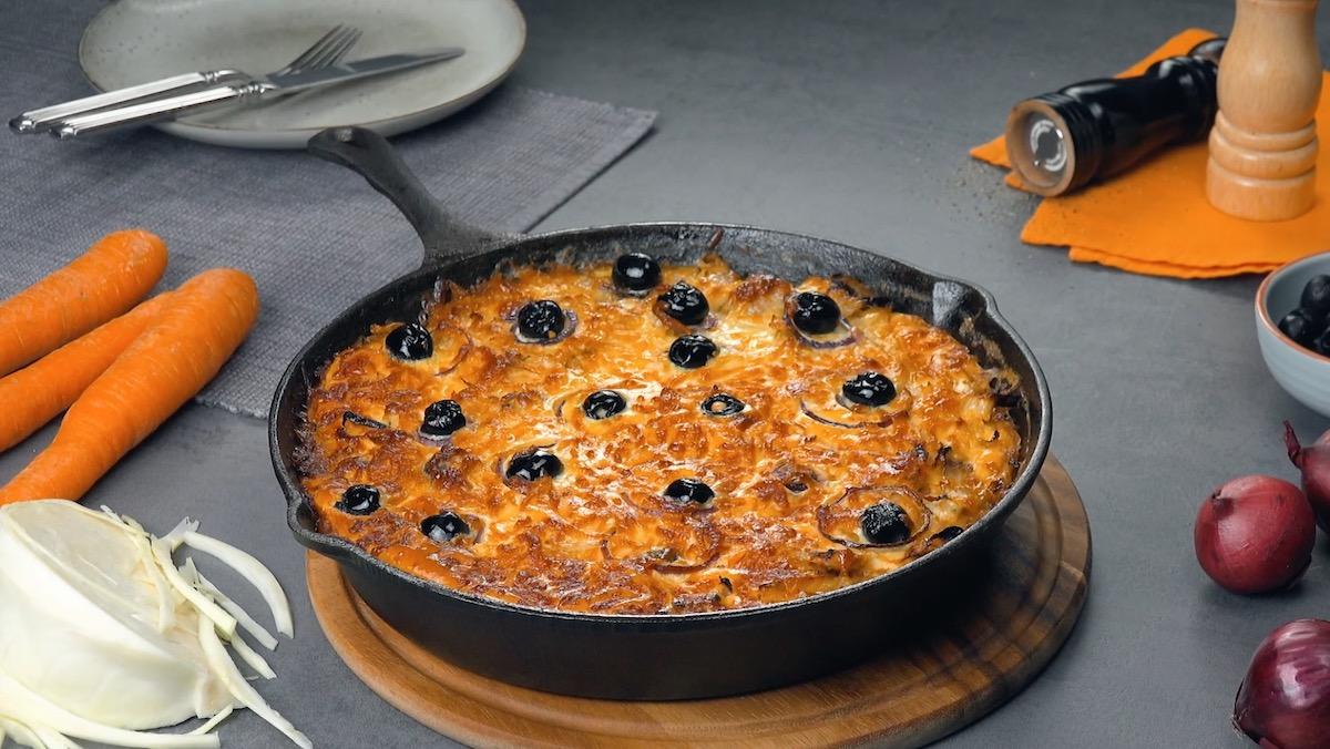 Fritada de linguiça, vegetais e queijo