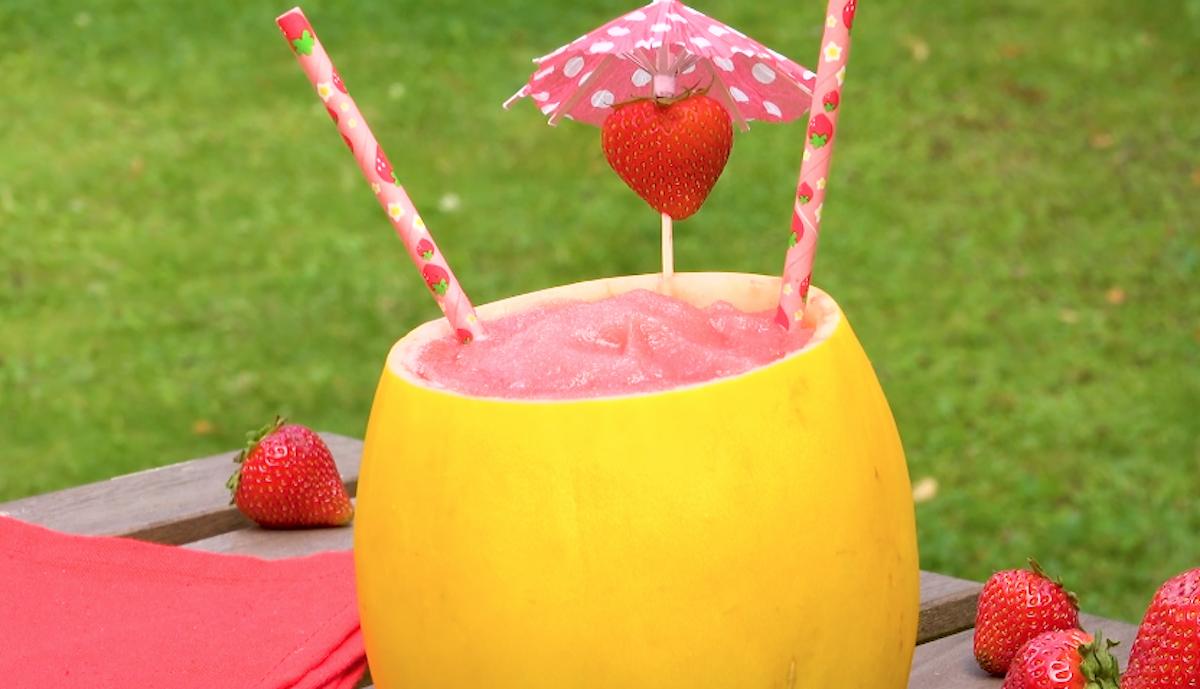 Coquetel de morango dentro de um melão