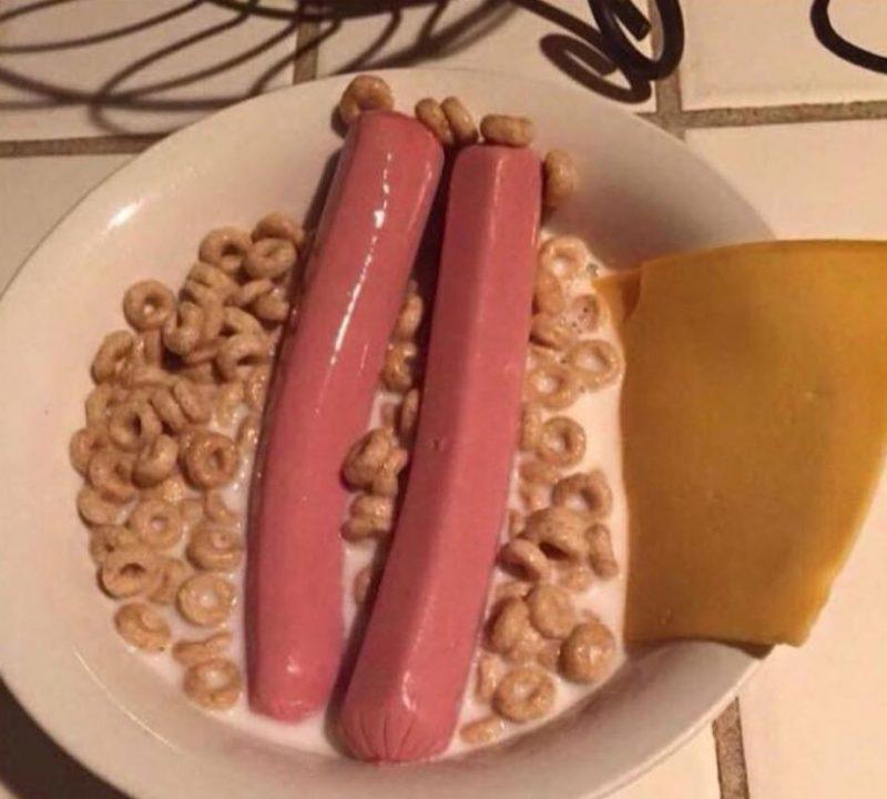 saucisses dans bol de céréales avec du fromage