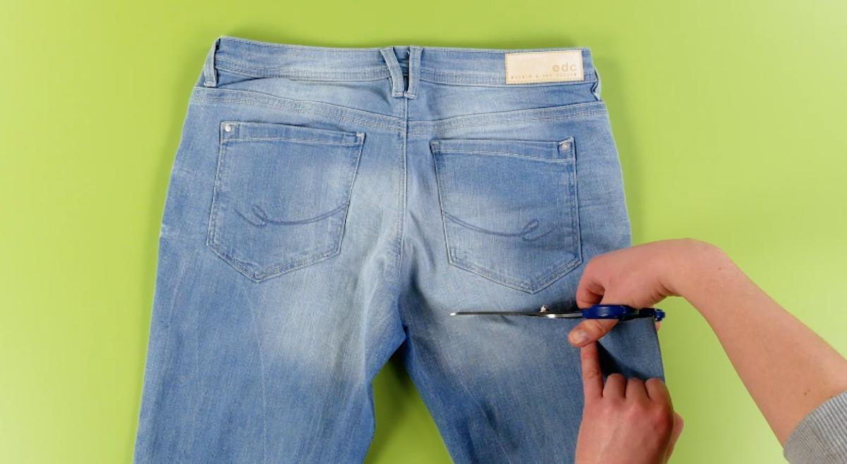 Corte a calça jeans abaixo dos bolsos