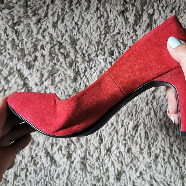 Dobre os sapatos para ver se são macios