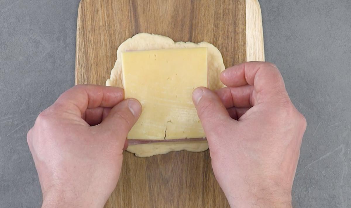 Recheie o sanduíche com queijo e presunto e abacaxi