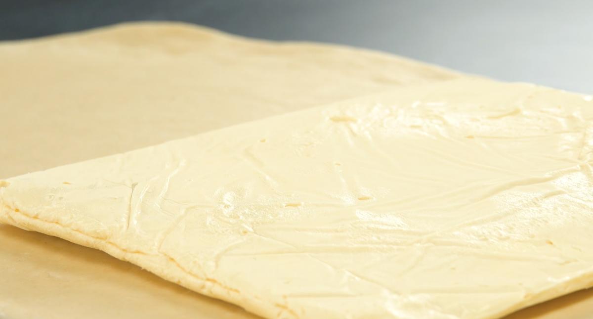 massa de manteiga sobre massa de bolo