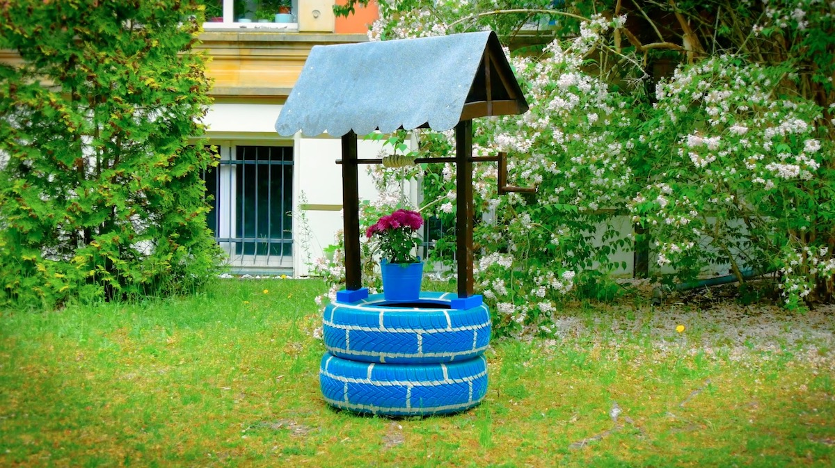 Poço decorativo com balde de flores