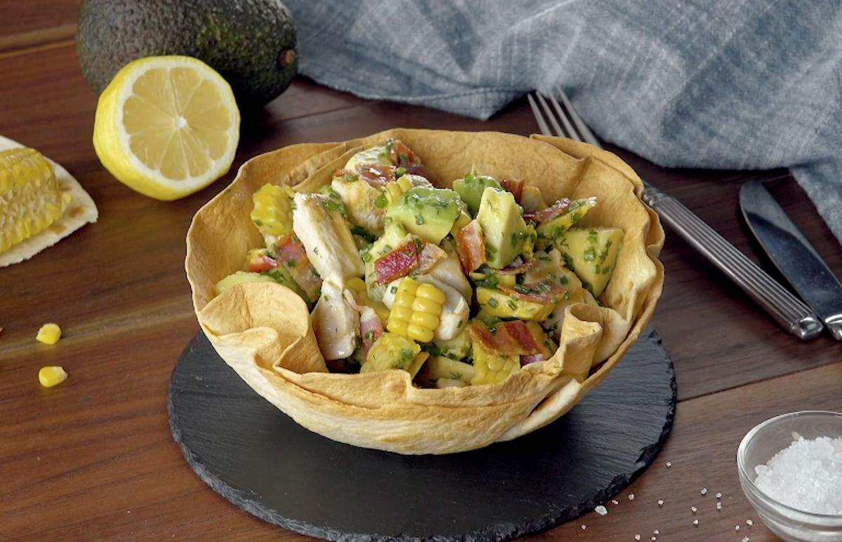 salada de abacate em tigela de tortilla