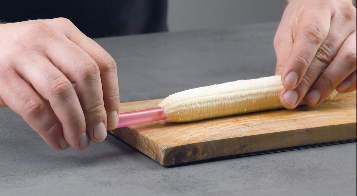 Perfure o centro da banana com um canudo