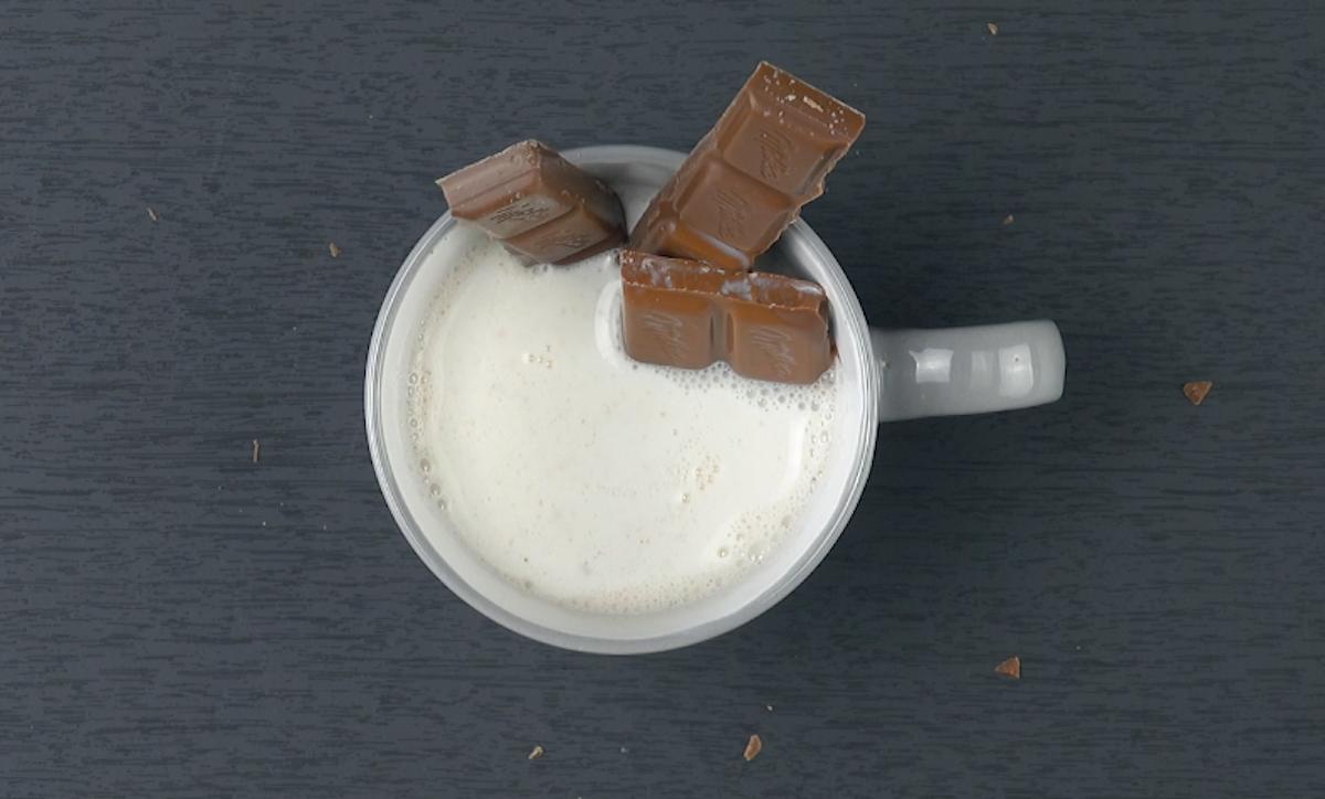 Derreta o chocolate no leite quente