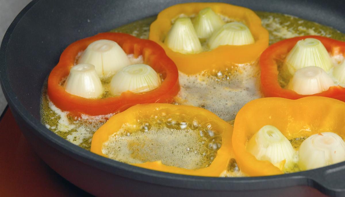 frite as cebolas junto com os pimentões