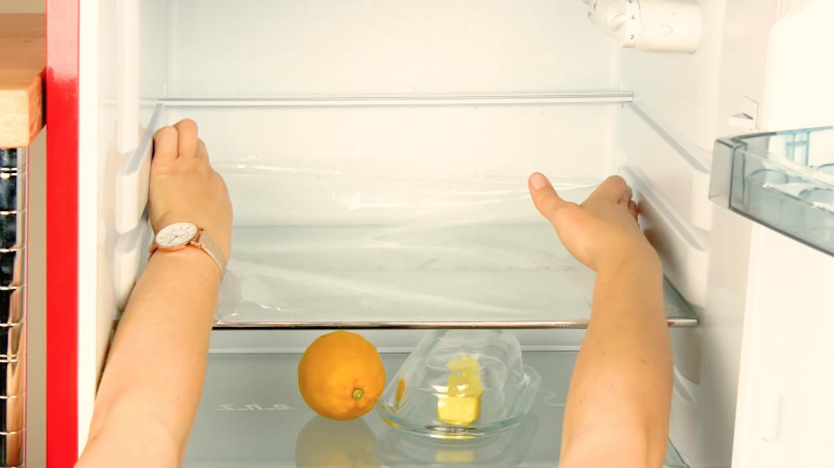 cubra as prateleiras da geladeira com filme pvc
