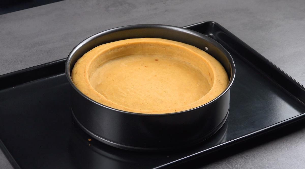 Prenda o bolo com o aroremovível de uma forma.