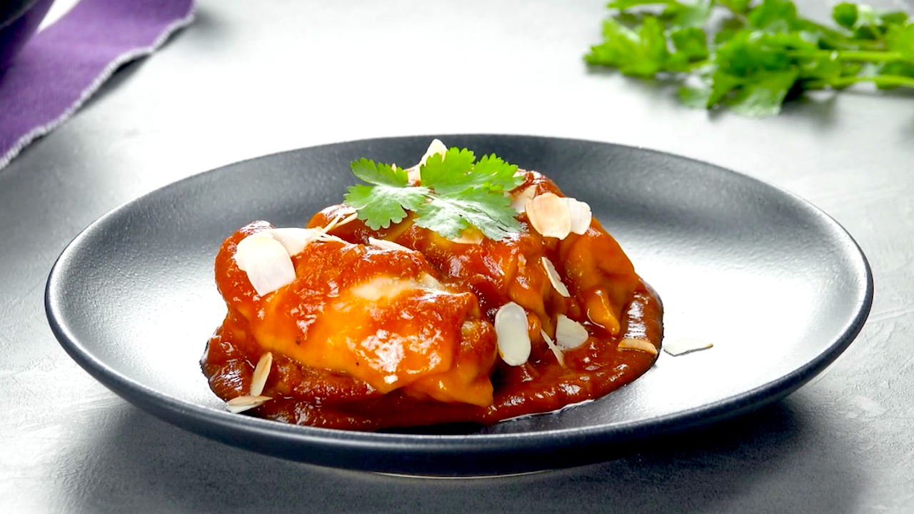 Rolinhos recheados e molho de tomate