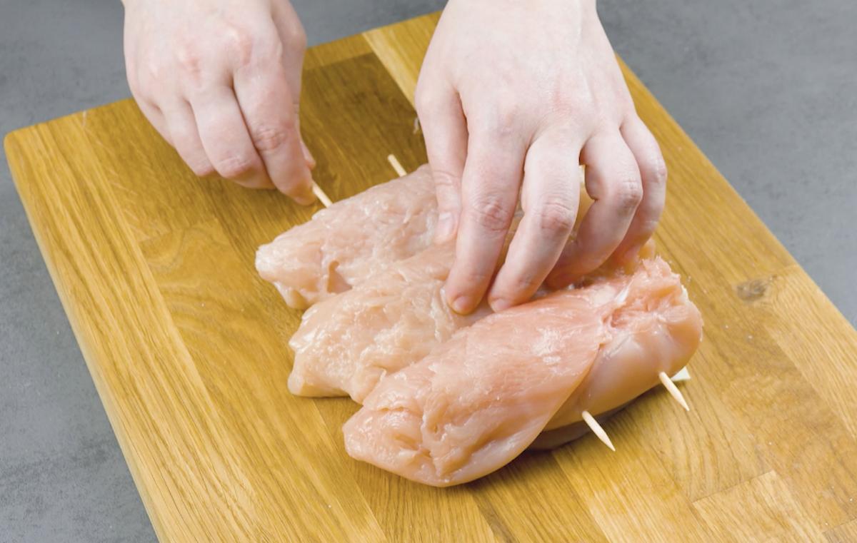 enrole os peitos de frango e prenda com espetos