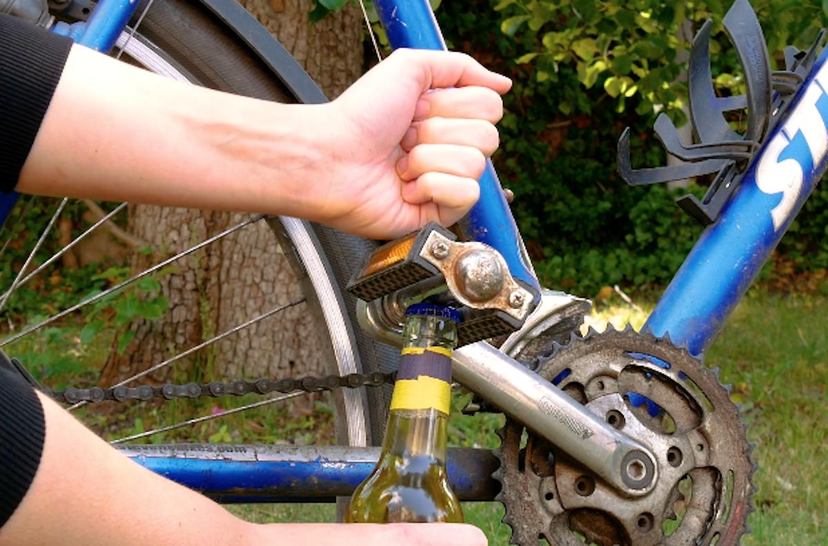 Pedal de bicicleta para abrir garrafa