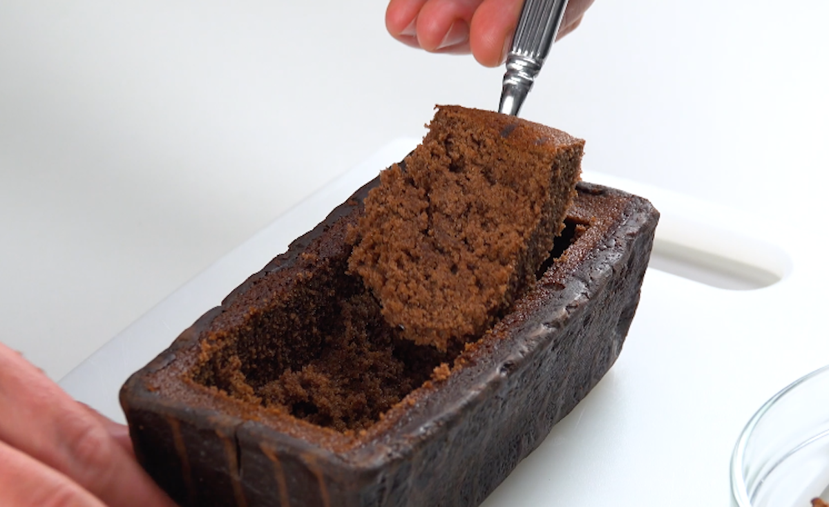 esvazie o bolo de chocolate