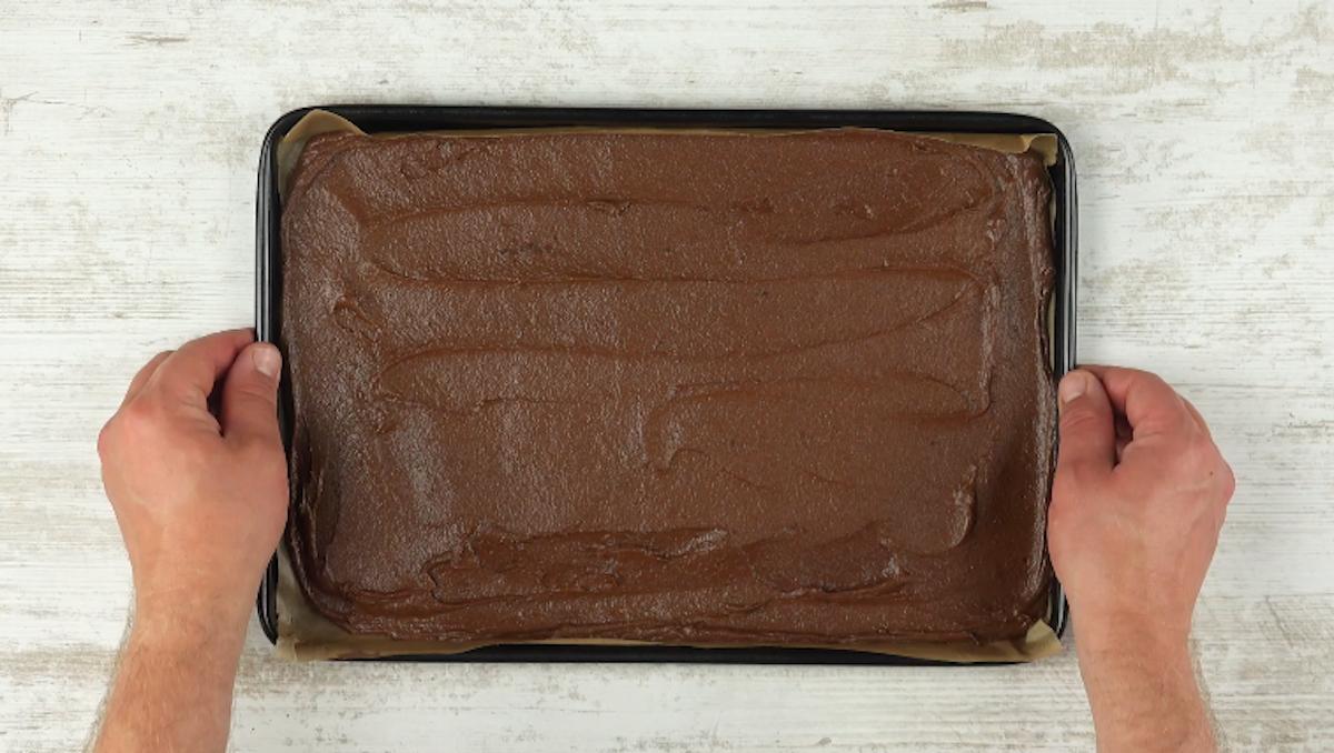 massa de chocolate em tabuleiro