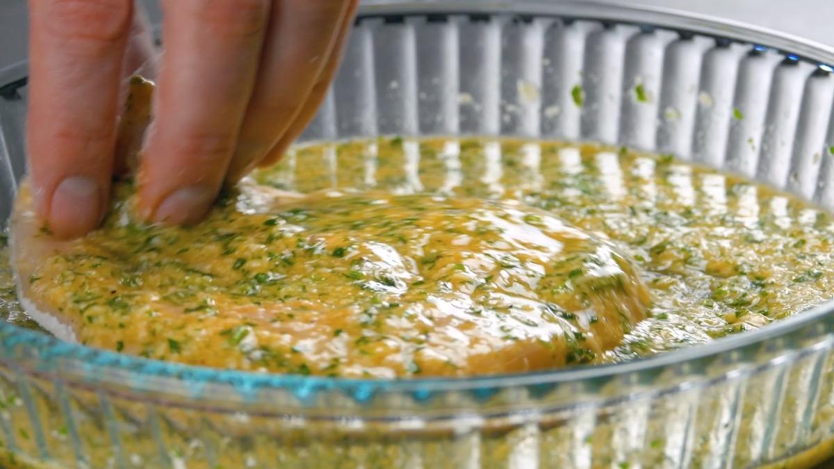 mergulhe o filé na marinada de parmesão