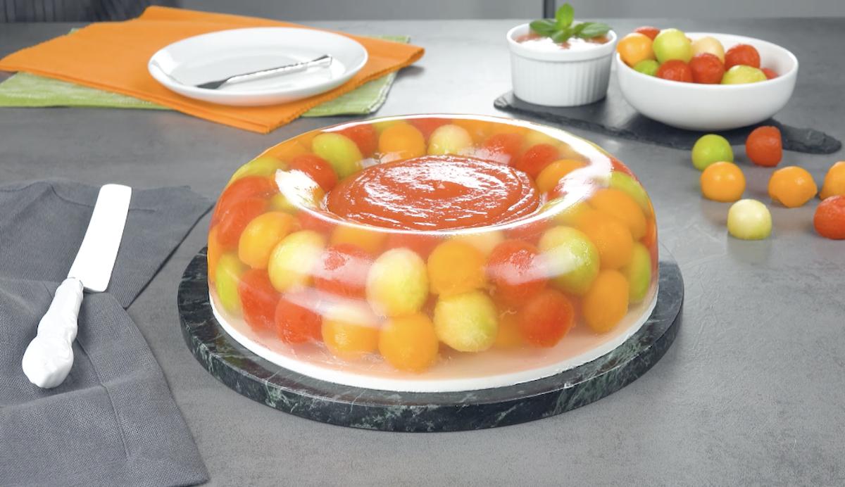 Bolo de gelatina com melões e melancia