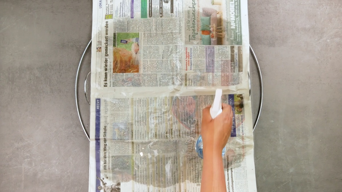 jornal úmido na grelha
