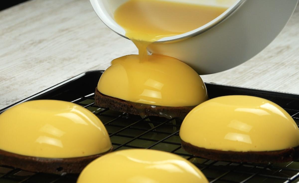 regue os ovos de creme e a massa com gelatina