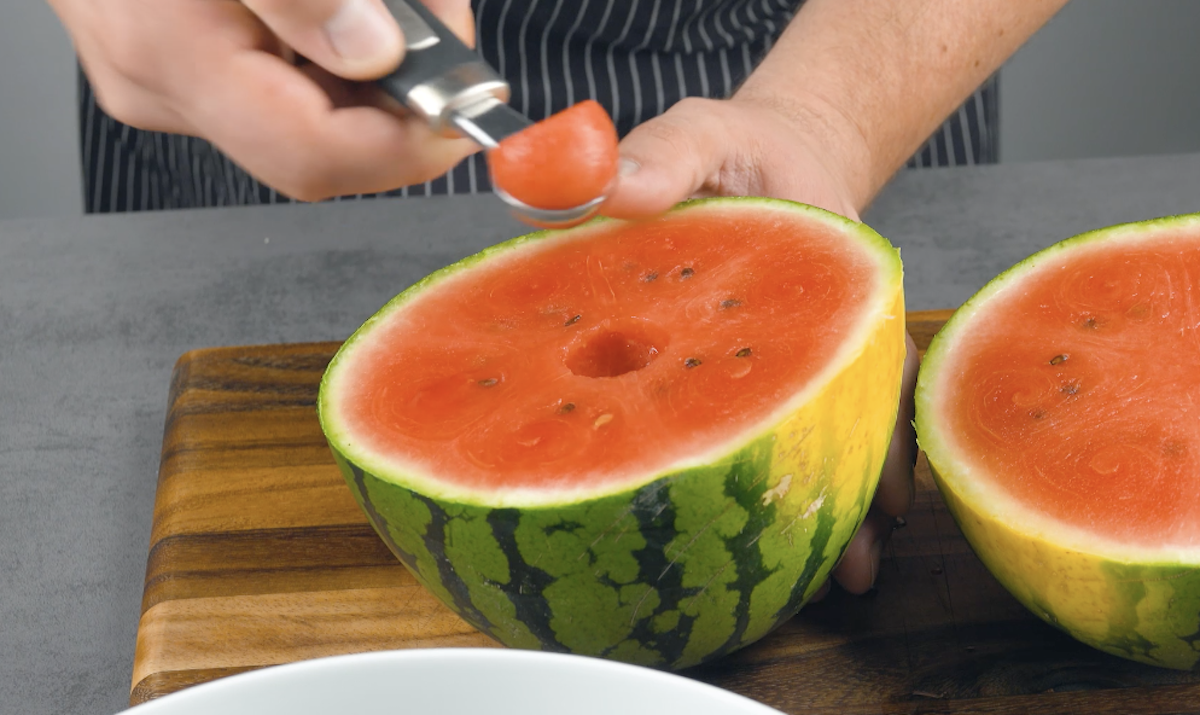 Retire bolas de melancia do interior da fruta