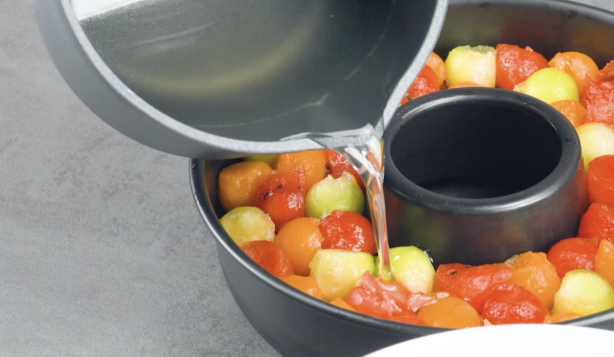 Despeje a gelatina sobre as bolas de frutas