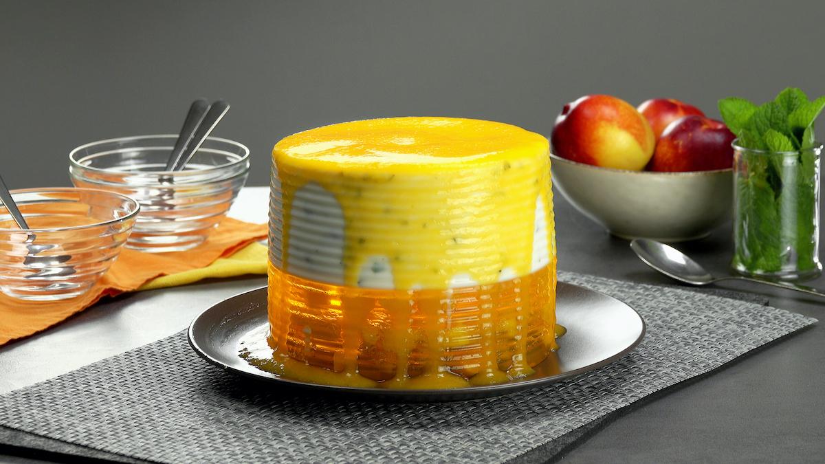 vire a gelatina e decore com purê de pêssego