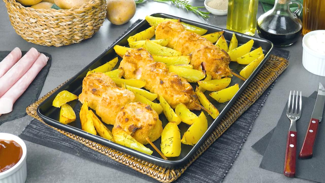 tabuleiro com espetos de frango e batatas
