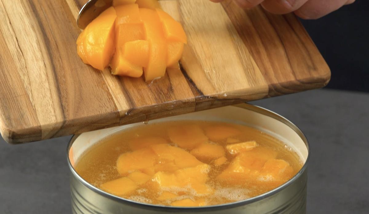 adicione os pêssegos à lata