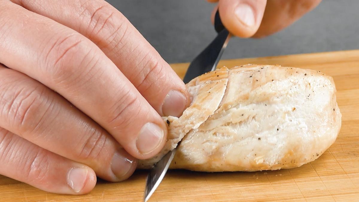 peito de frango assado e fatiado