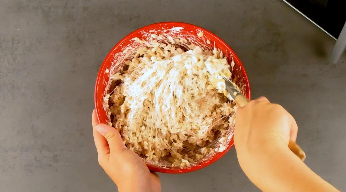 Derreta osmarshmallows no micro-ondas e depois misture com os flocos de arroz.