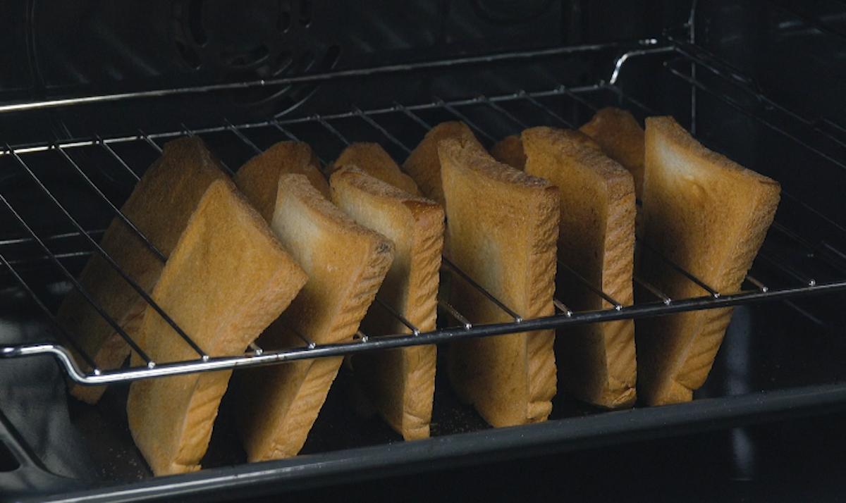 toste as fatias de pão de forma