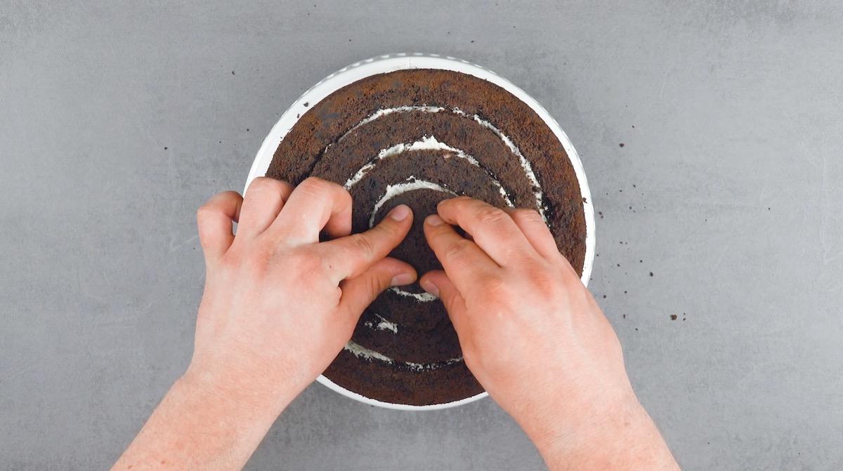 encaixe os círculos de bolo com creme