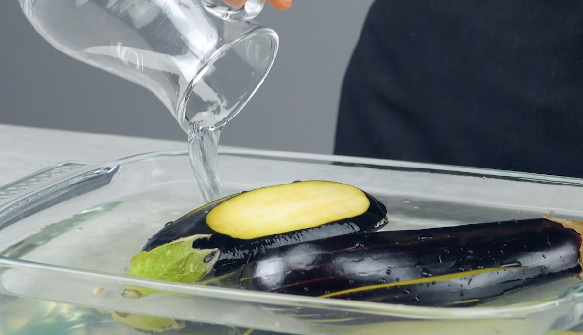 coloque as berinjelas numa assadeira e encha com água