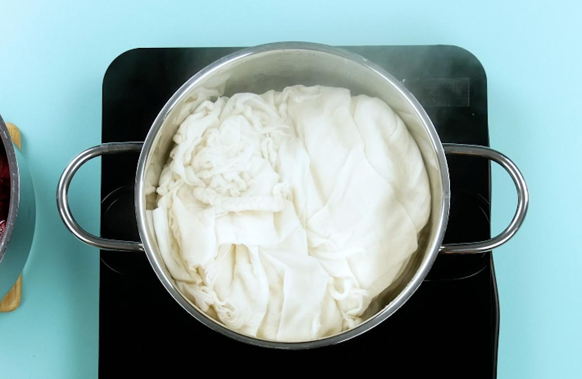 Ferva a roupa em vinagre por 1 hora