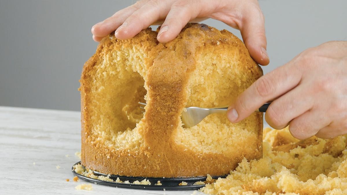 escave o bolo com um garfo
