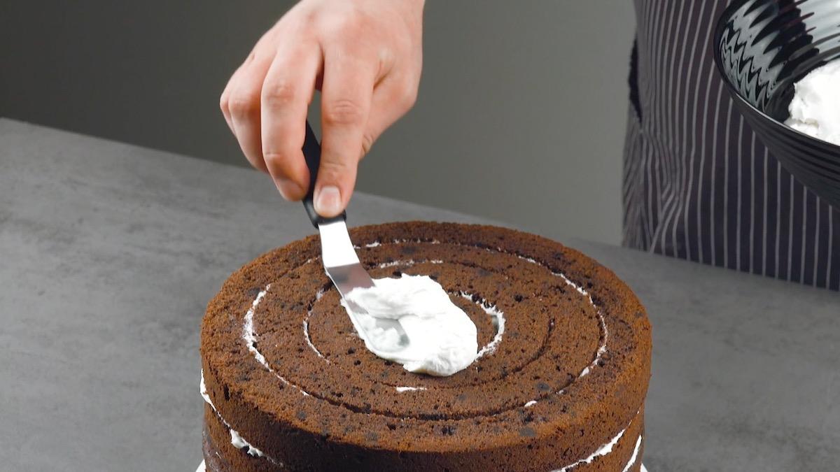 cubra o bolo com creme