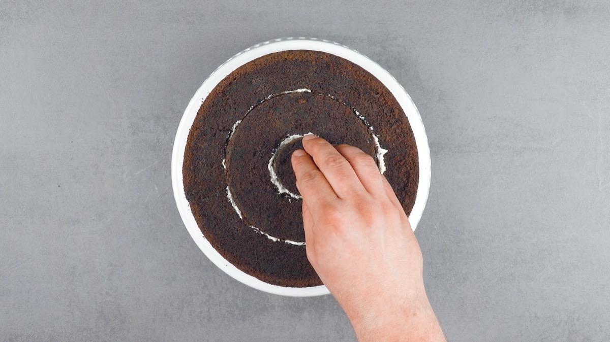 espalhe mais creme e recoloque os círculos de bolo