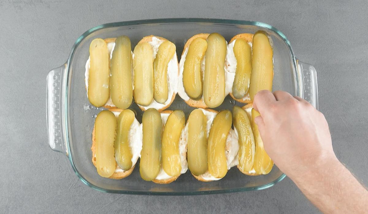 duas fatias de picles em cada pão