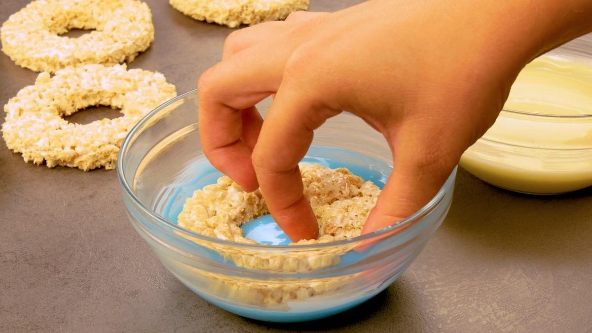 mergulhe as roscas de flocos de arroz em chocolate