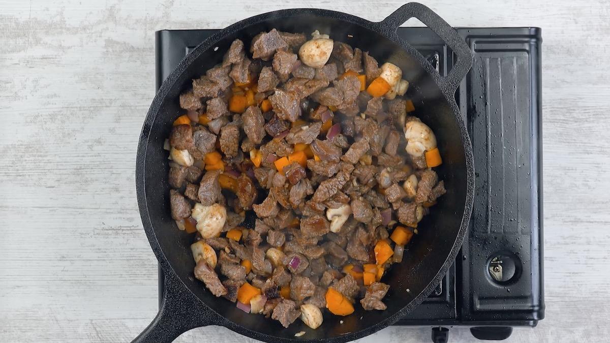 pique e refogue a carne com legumes
