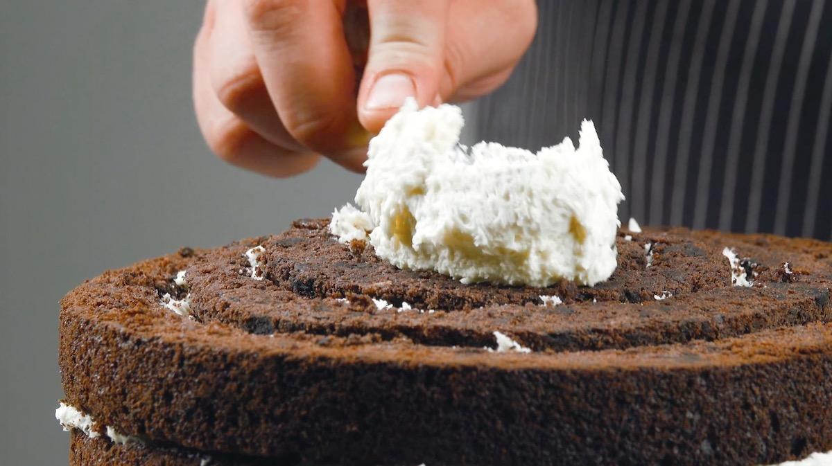 Espalhe mais creme sobre o bolo