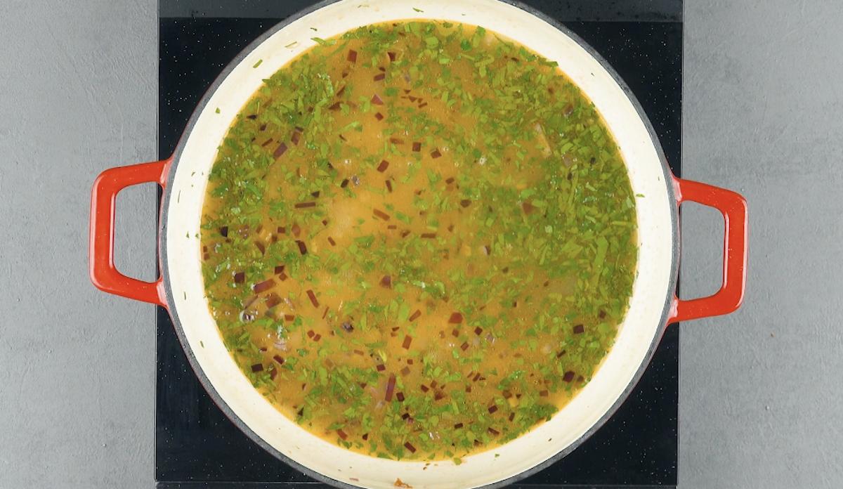 arroz, caldo de galinha e ervas