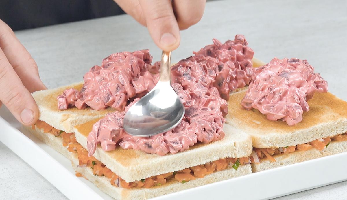 Espalhe a salada de beterraba sobre as fatias de torrada