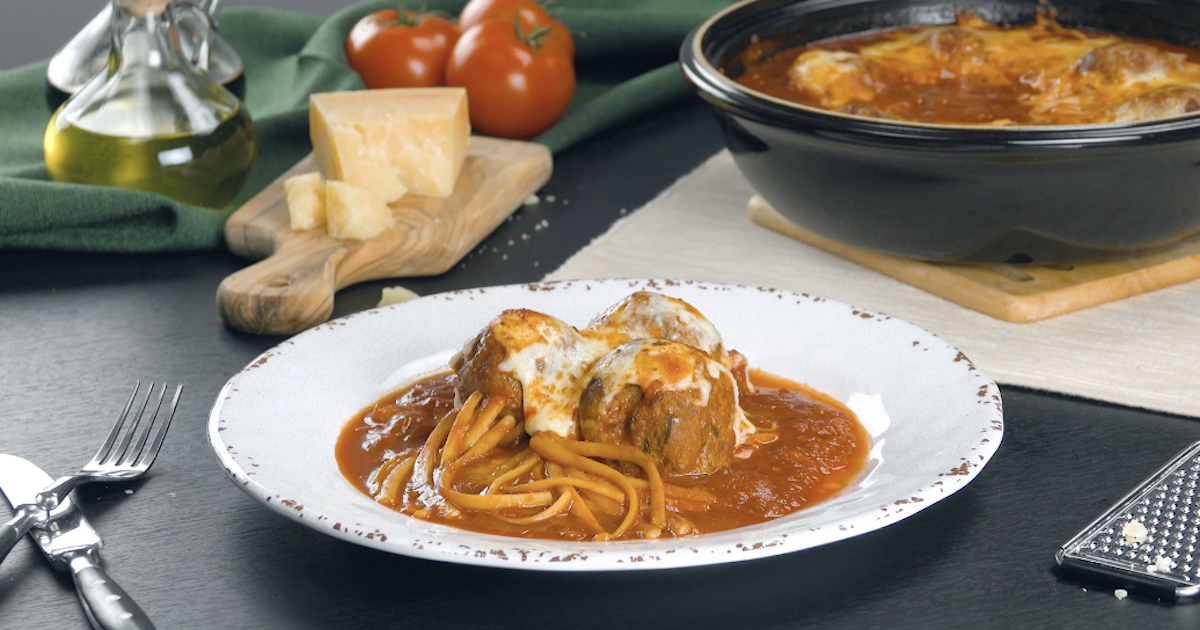 almôndegas com espaguete, mussarela e molho de tomate