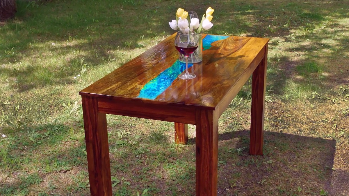 Mesa com resina que brilha no escuro