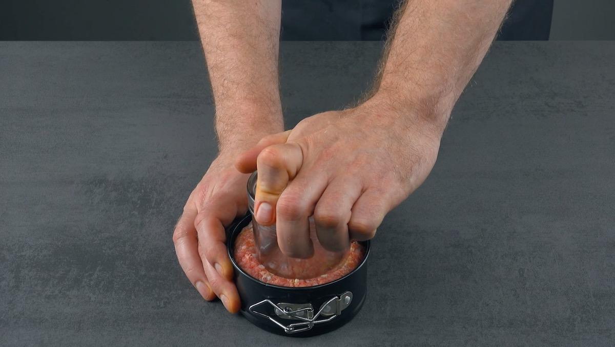 coloque a carne moída na forma e pressione com um copo