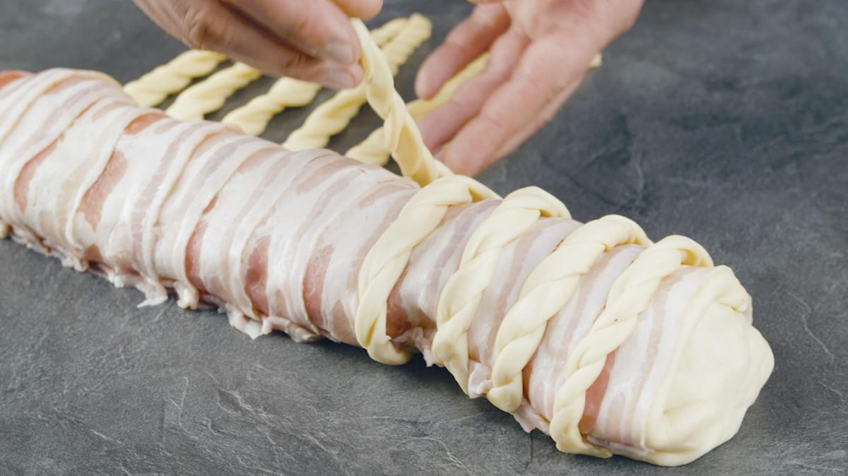 passe as tiras de massa sobre o bacon
