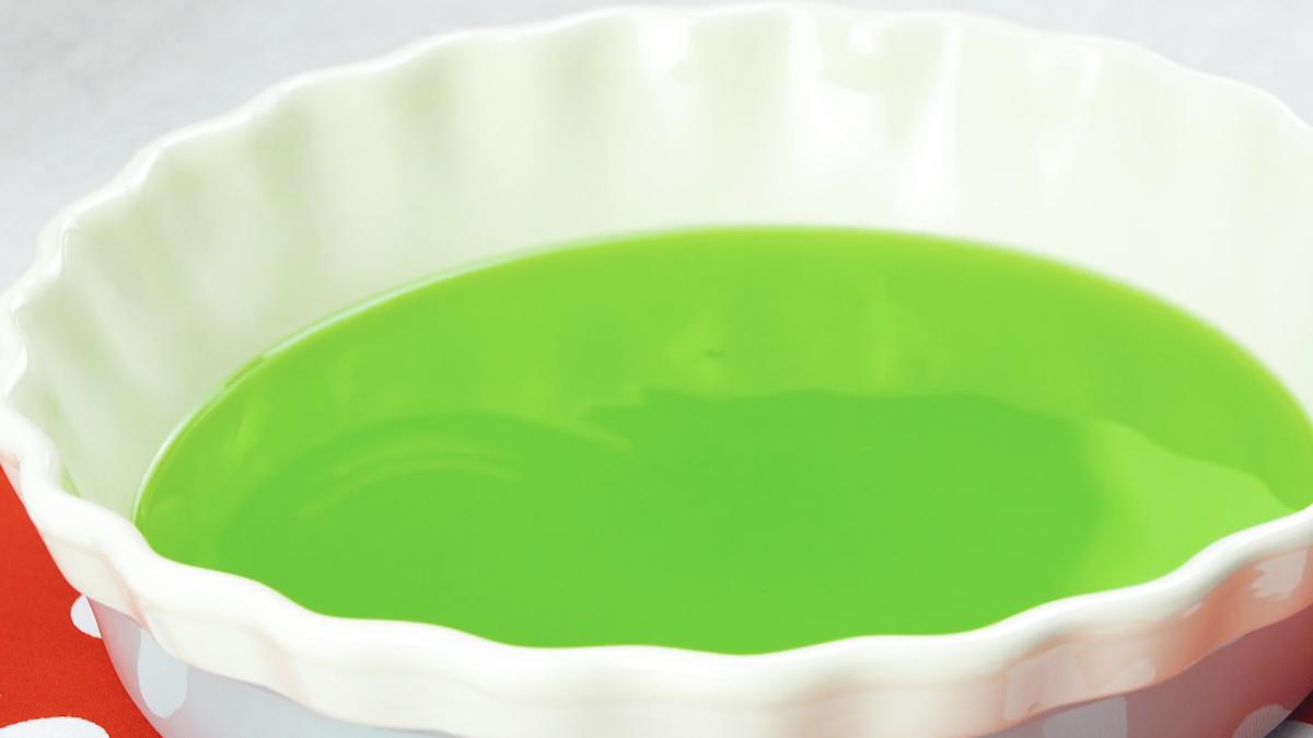 gelatina verde na forma