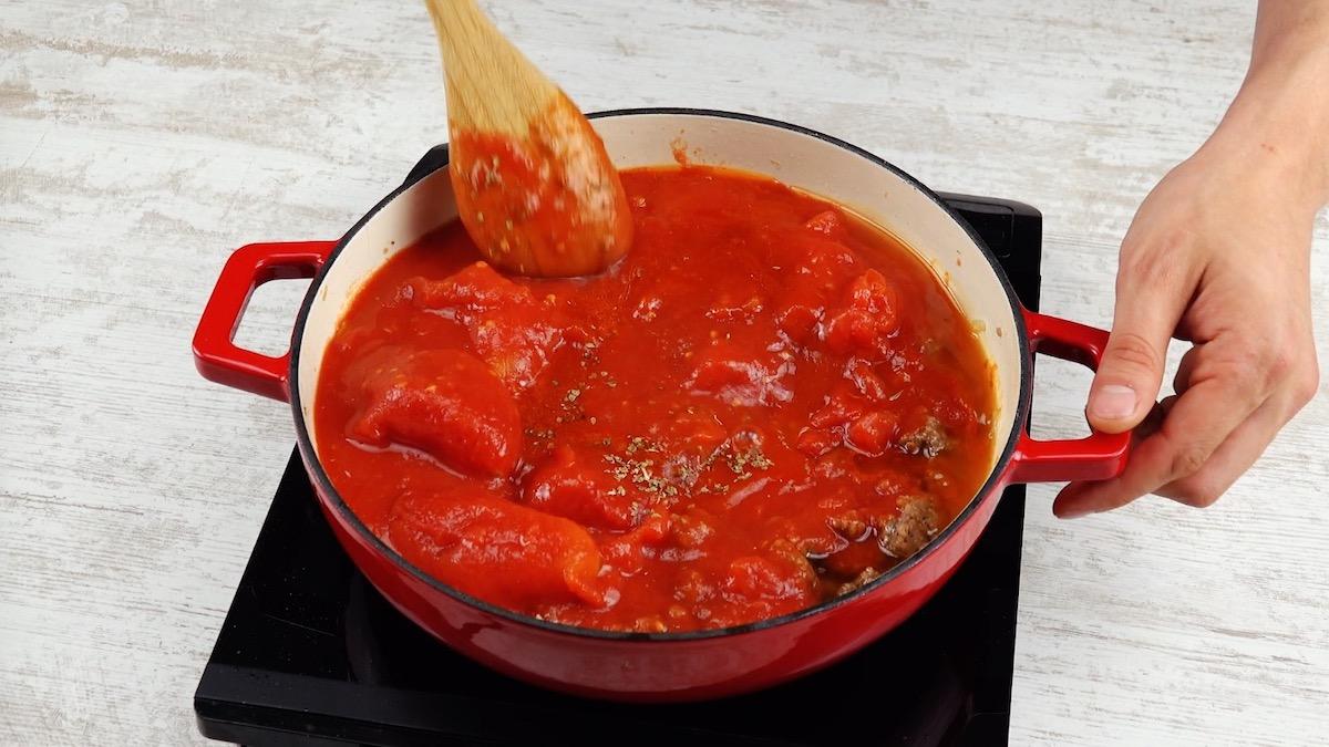 faça a carne moída com molho de tomate e temperos